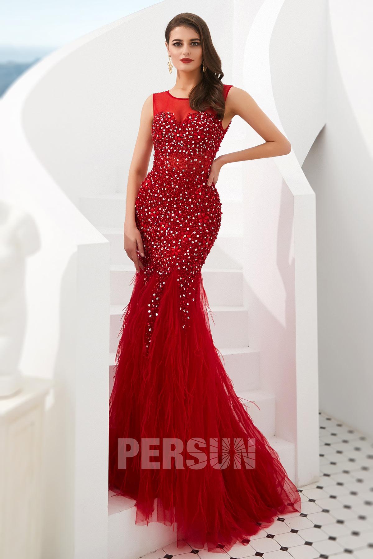 robe de soirée sirène rouge col illusion embelli de bijoux et plumes