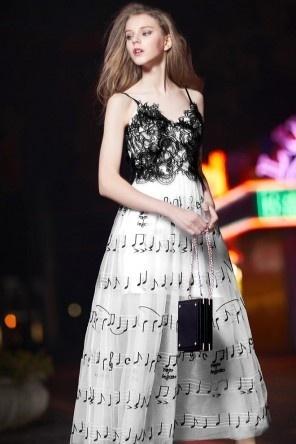 Robe de soirée bicolore noir & blanche brodée de notes musicales