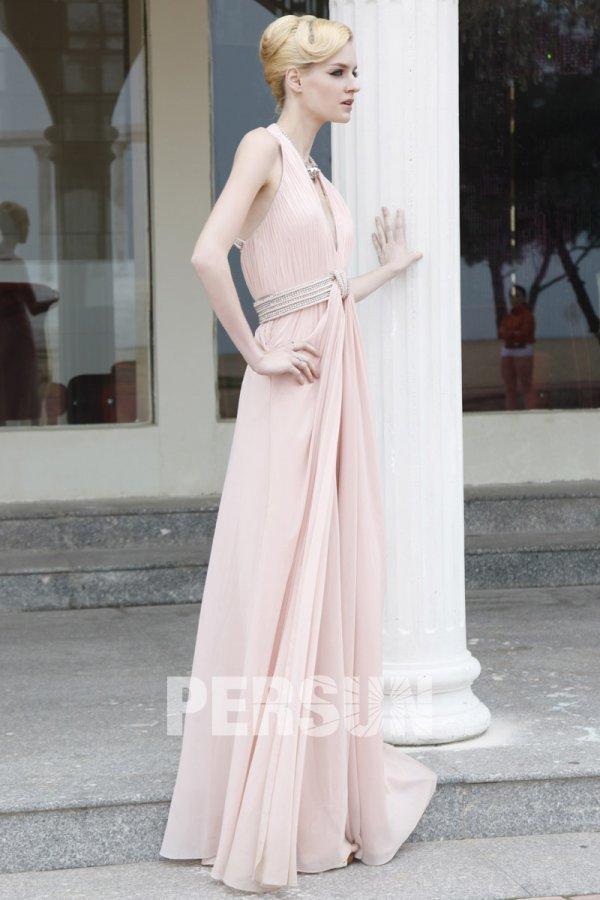 Robe de soirée rose moulante ornée de strass décolletée en V bretelle au cou en satin avec bretelle au cou