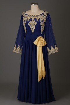 Robe de soirée avec manches bleu roi appliquée guipure dorée