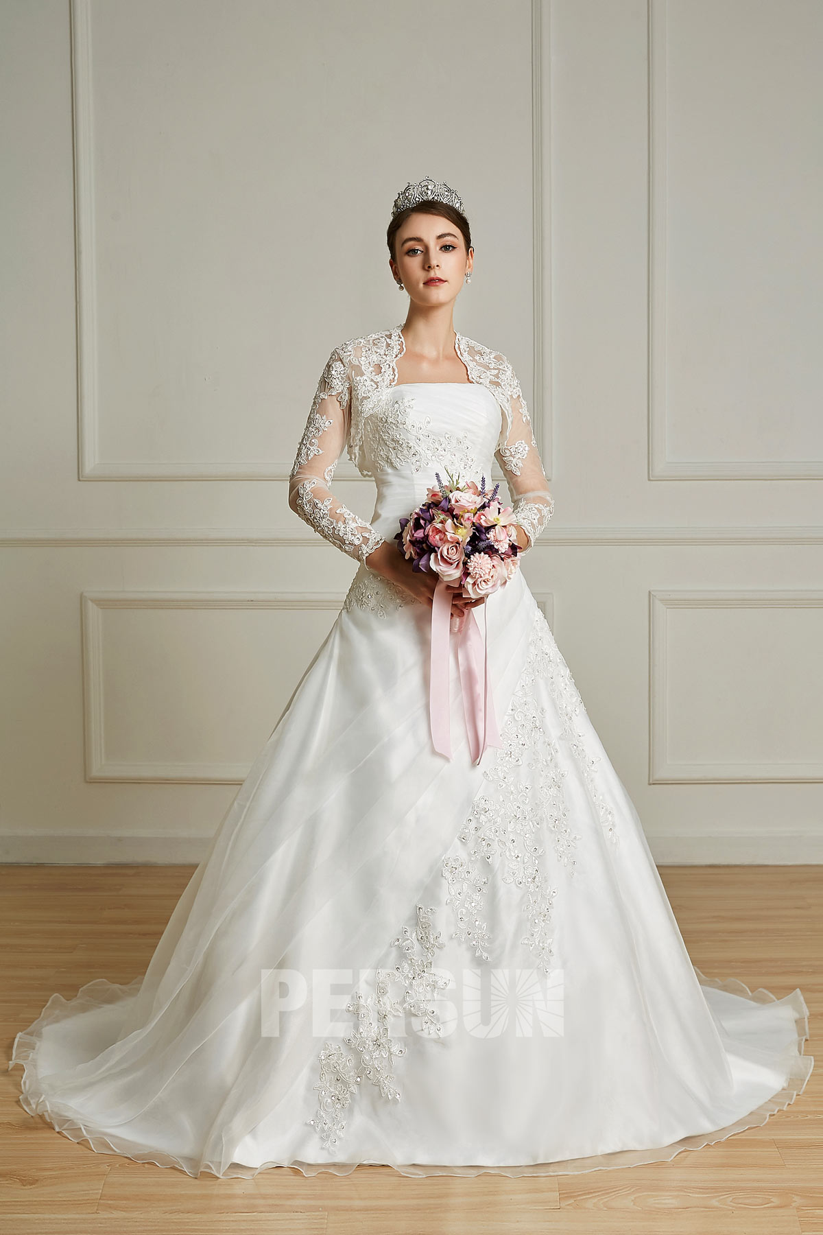 robe de mariée princesse bustier plissé avec boléro en dentelle appliquée manche longue
