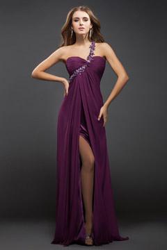 Robe de bal / soirée prune moulante asymétrique avec fente frontale en Mousseline