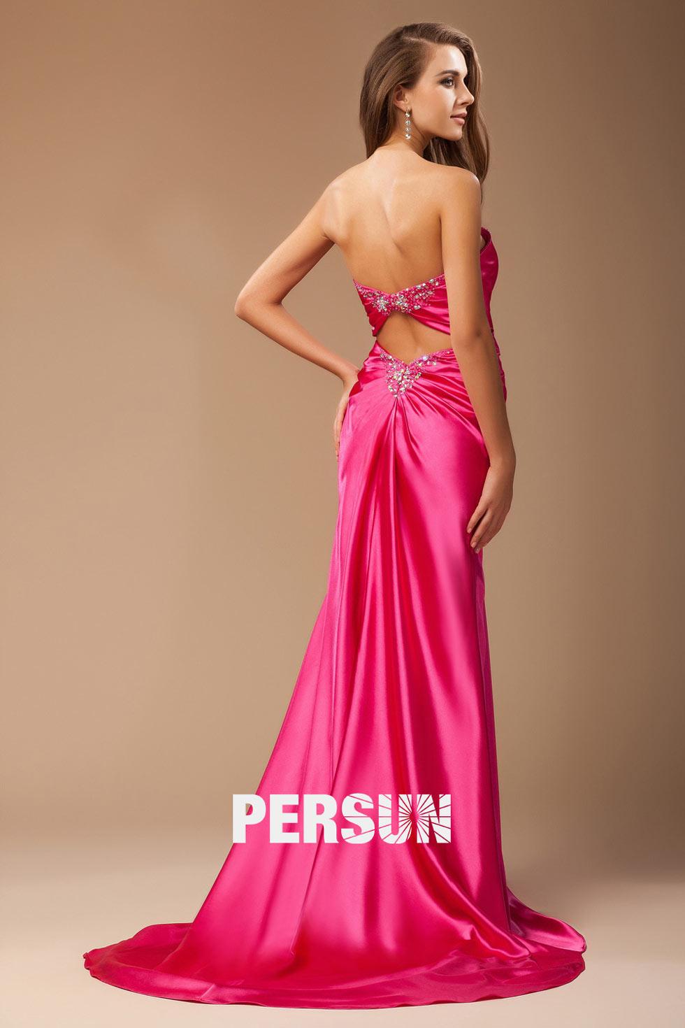 Robe rose fuchsia décolletée coeur ornée de bijoux à dos nu en satin