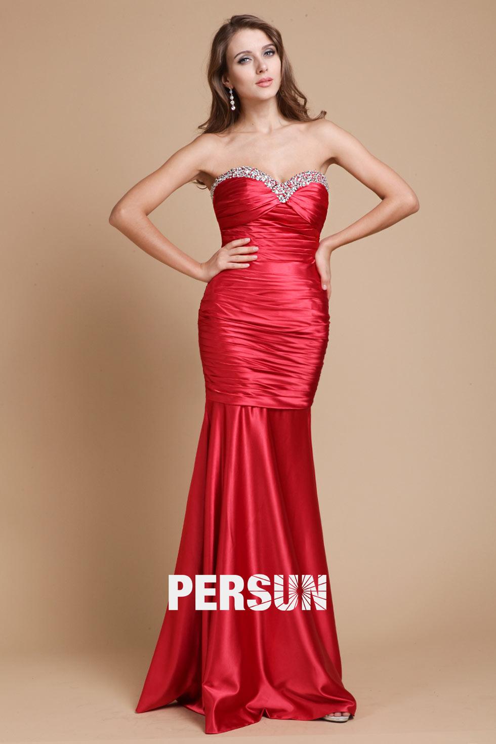 Robe de gala rouge sirène décolleté coeur ornée de bijoux