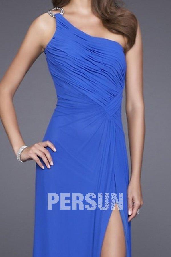 robe bleu plissée avec fente latérale
