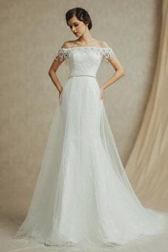 Robe de mariage cintrée avec encolure tombante ornée de perles