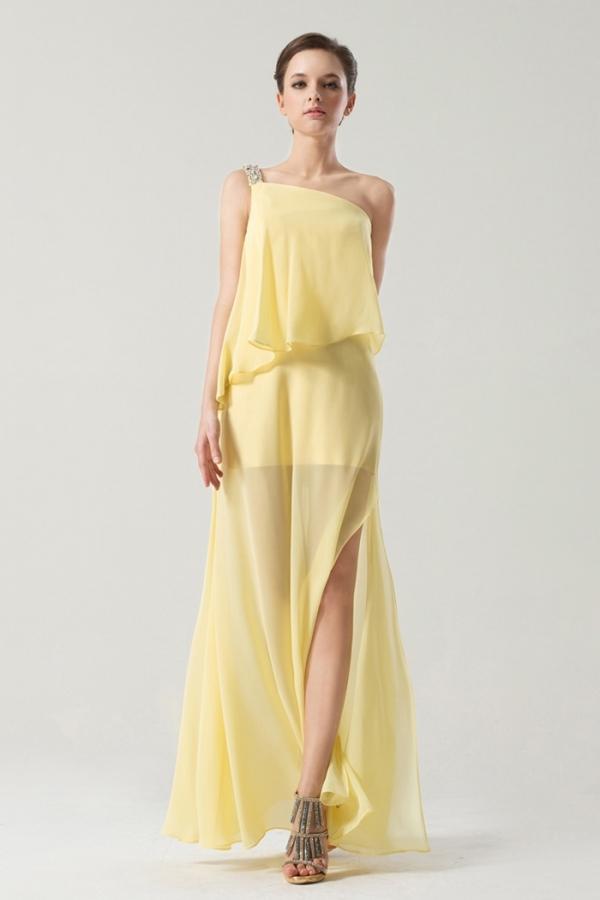 Robe jaune asymétrique ornée de bijoux fente latérale