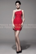 Petite robe rouge sexy en dentelle à design asymétrique