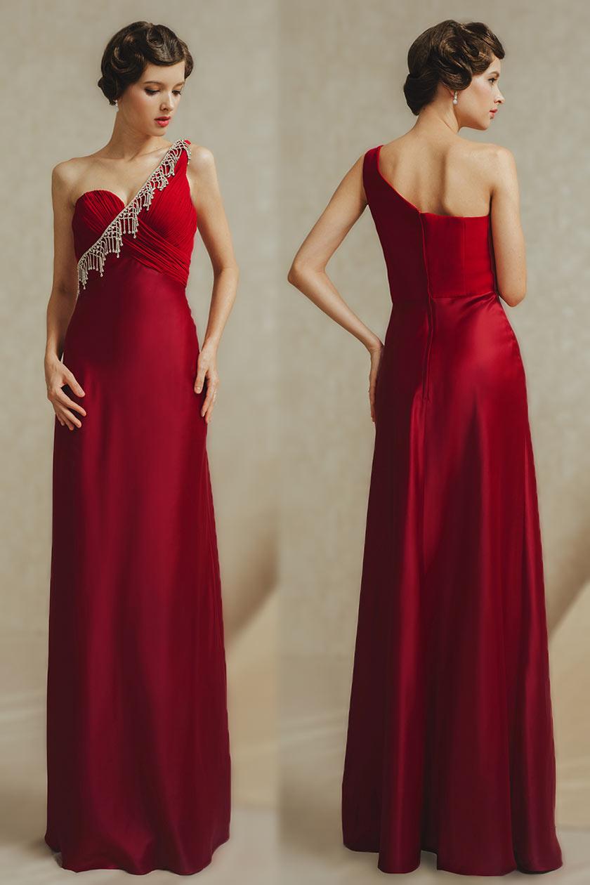 Rouge robe fluideencolure asymétrique ornée de pendants