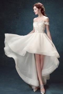 Robe de mariée féerique 2017 courte devant longue derrière épaule dégagée
