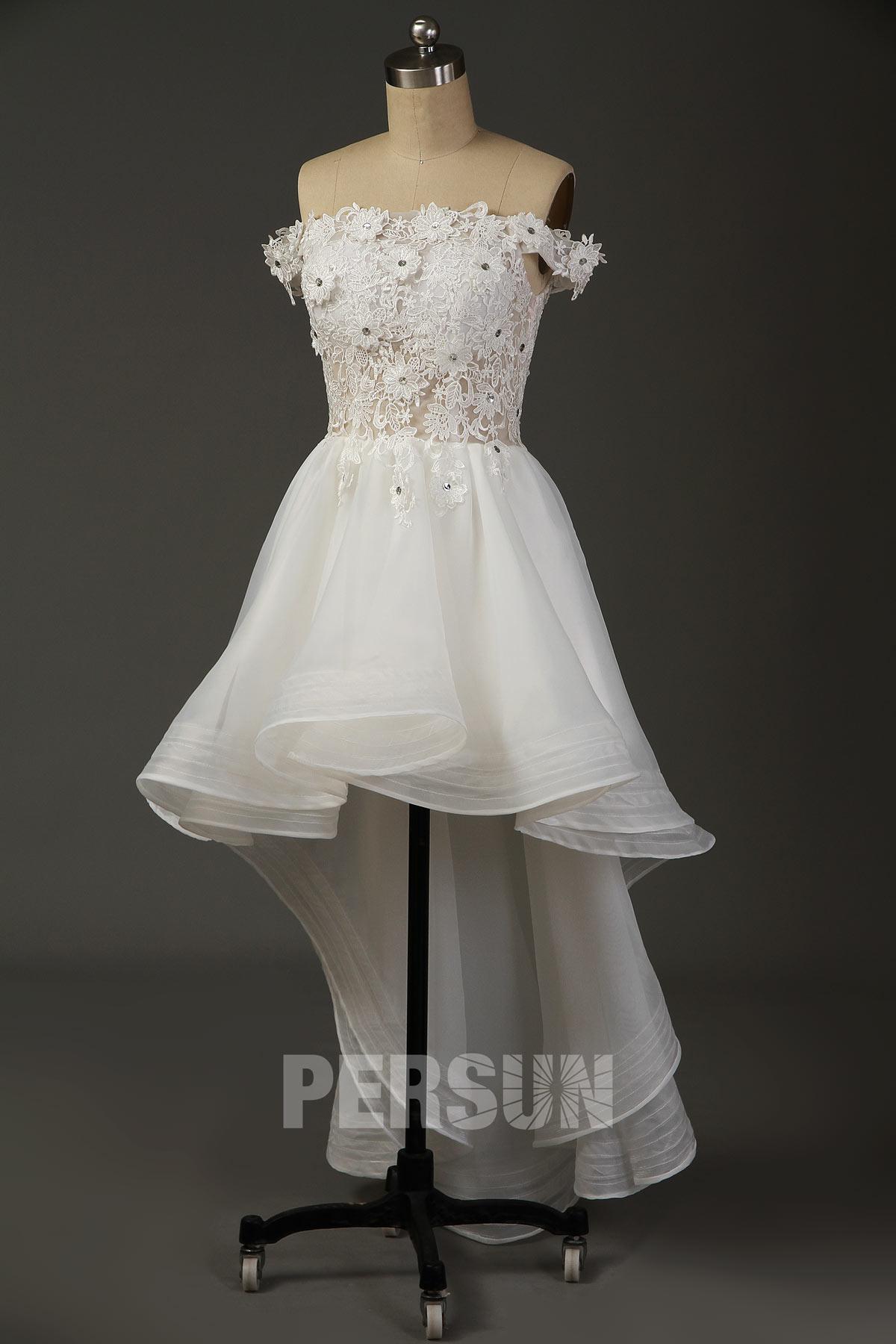 robe de mariée courte devant longue derrière col bardot embelli dentelle florale