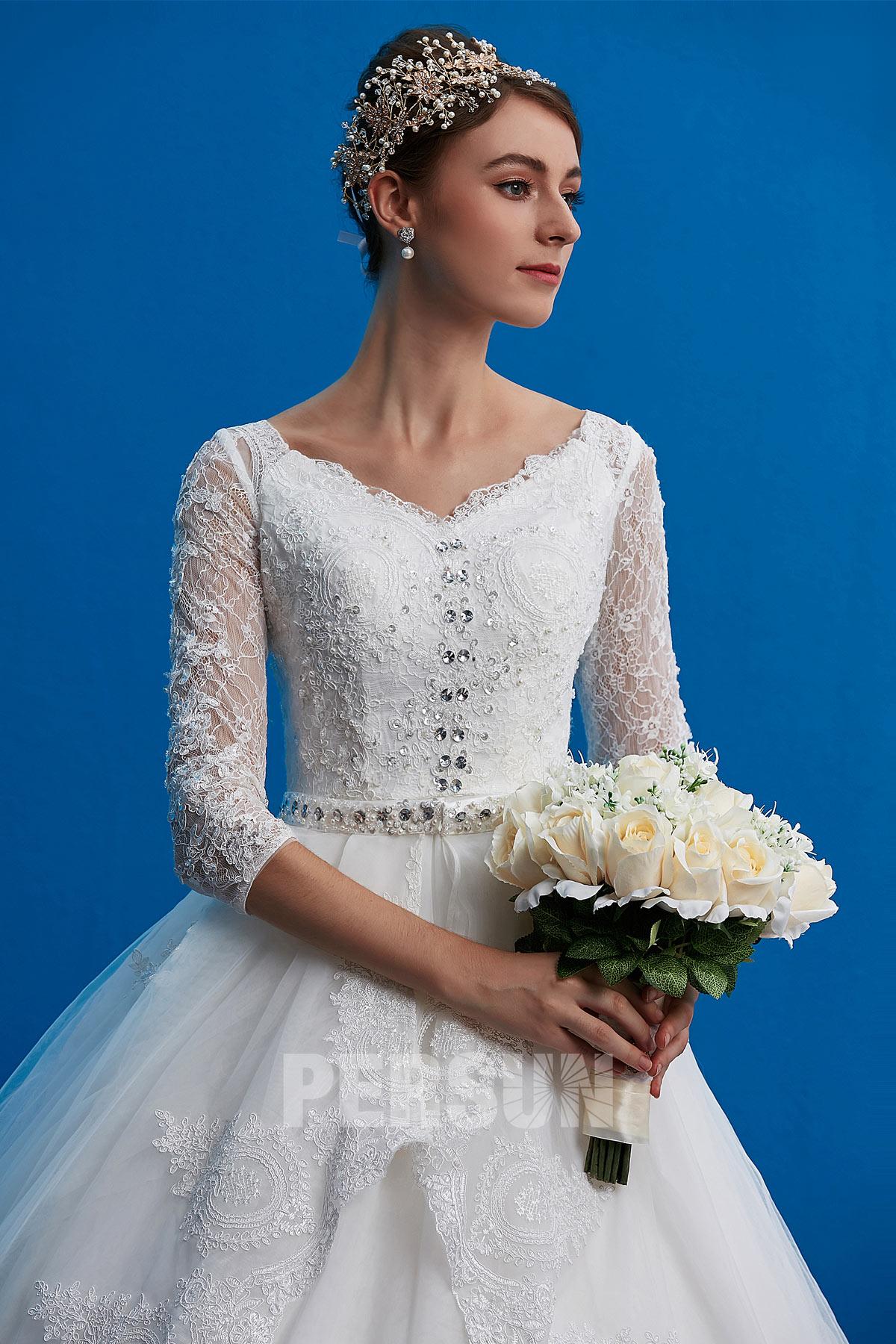 robe de mariée en dentelle à manche longue bustier ornée de bijoux