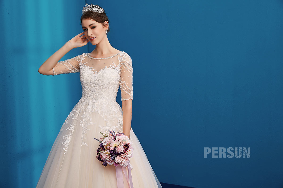 robe de mariée avec manche encolure illusion embelli de dentelle et bioux