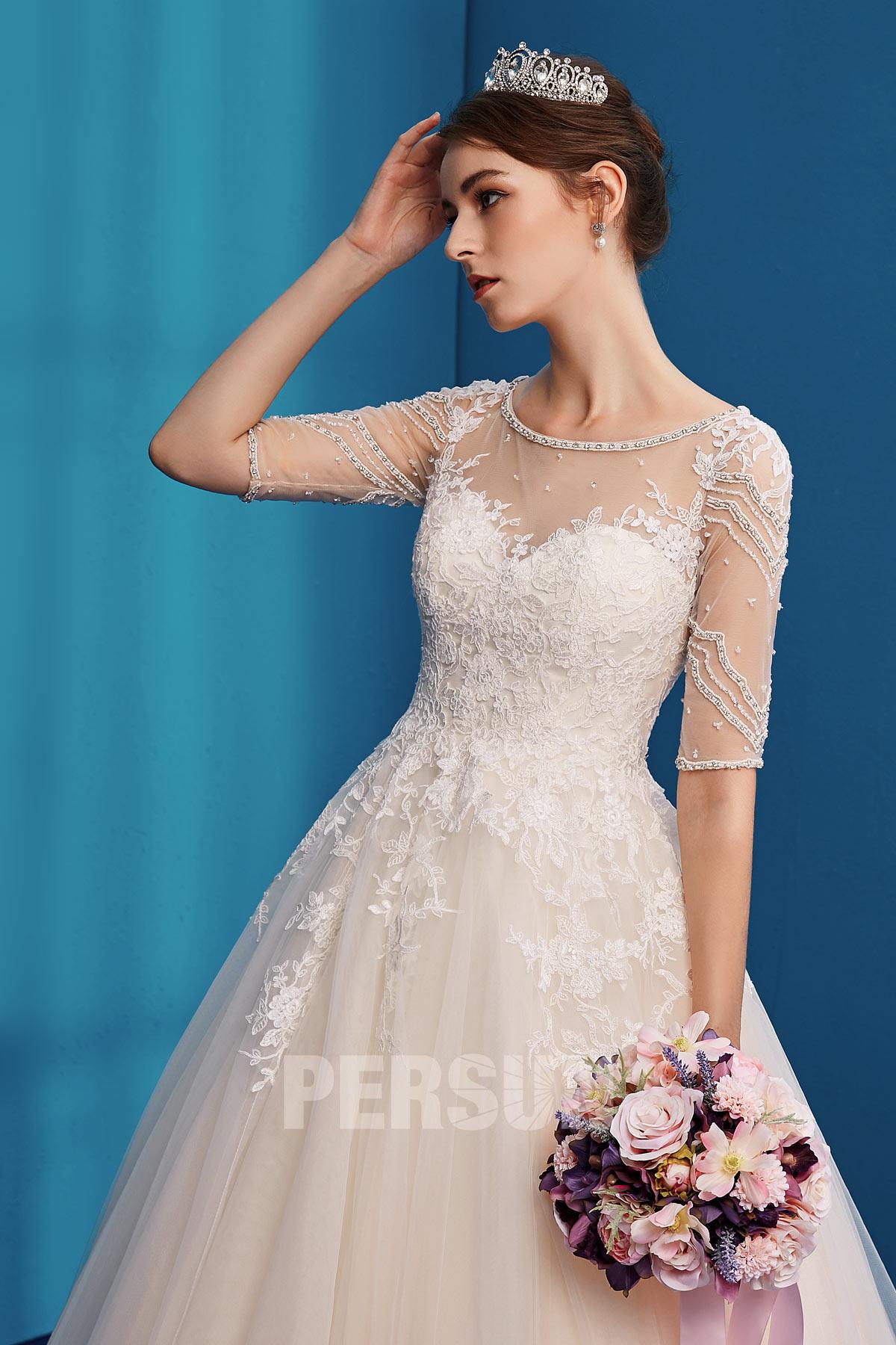 robe de mariée romantique col illusion en dentelle appliquée manche courte