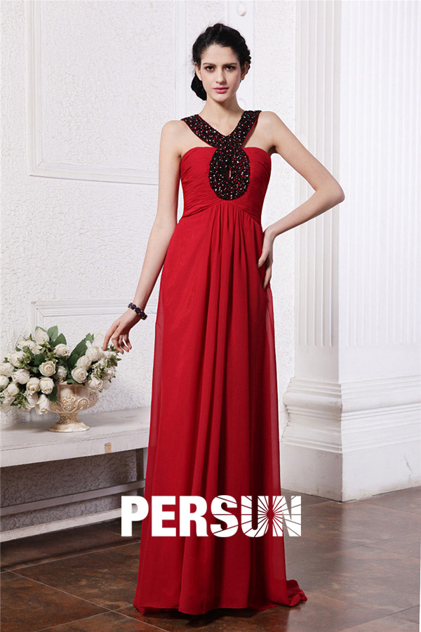 Robe rouge du soir à bretelle recouverte de strass