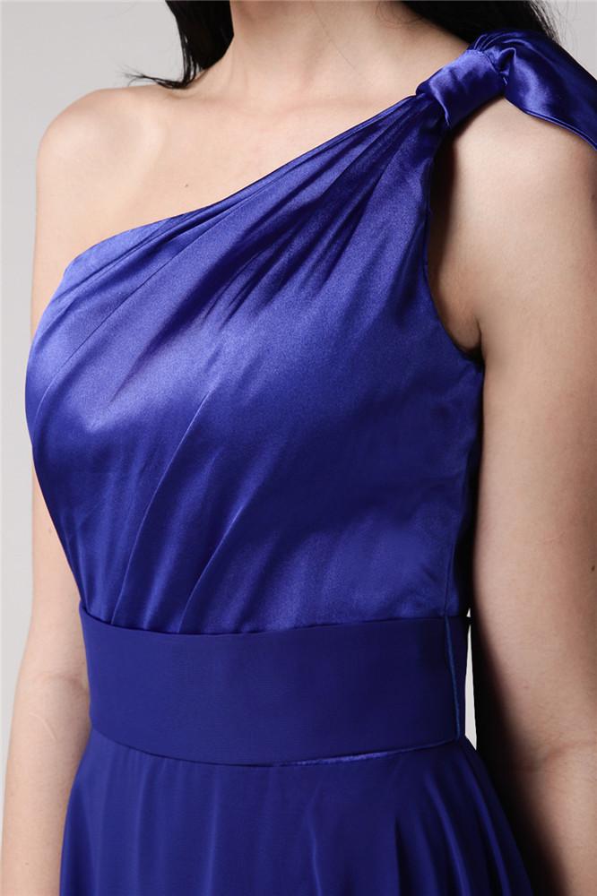 Robe bleu roi de col asymétrique