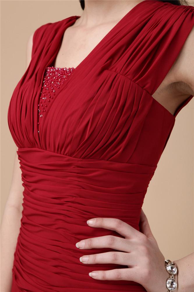 Robe mousseline rouge plissée style élégante avec bijoux