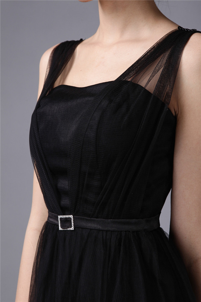 tenue robe invité longue noire en tulle taille cousue de strass