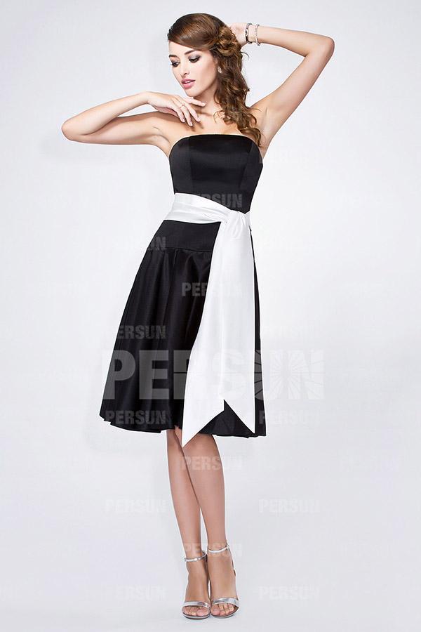 Petite robe noire à ceinture blanche