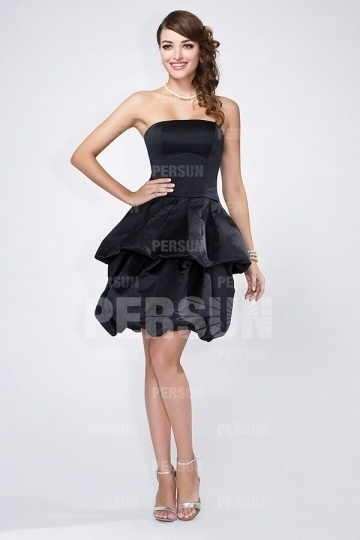Petite robe noire en satin à jupe évasée