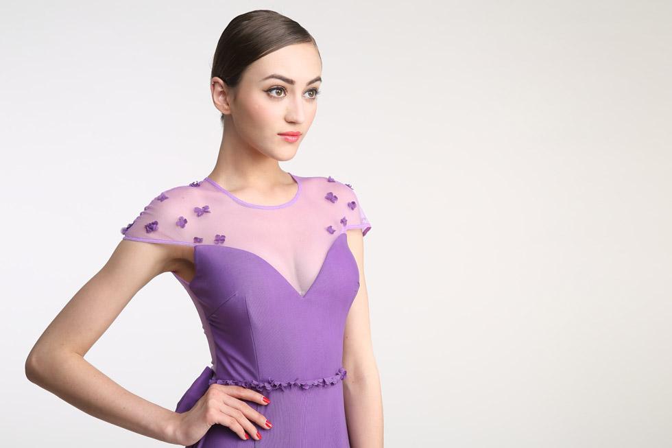 robe violette pour mariage embelli de pétale