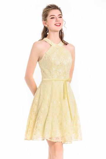 Robe courte dentelle jaune pastel classe sequins colorés