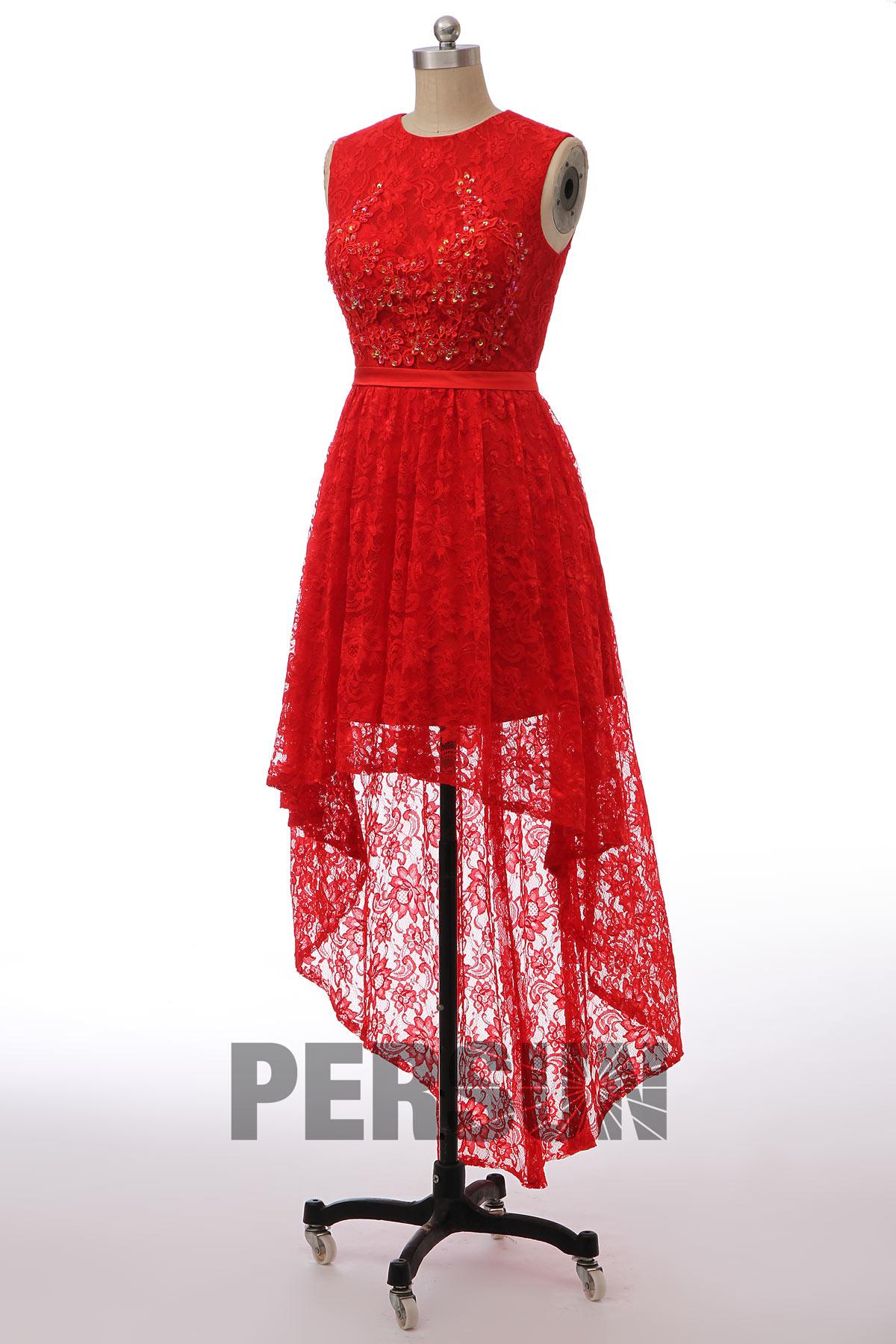robe de cocktail élégante rouge courte devant longue derrière en dentelle appliquée encolure illusion