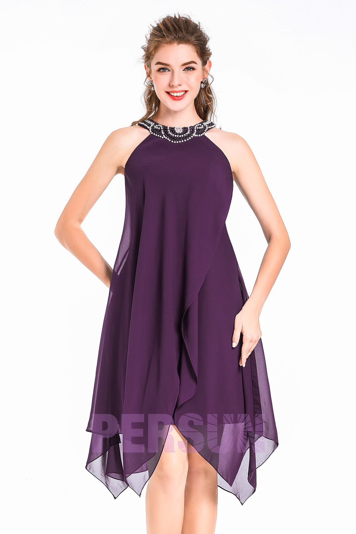 robe de cocktail courte prune col halter ornée de bijoux jupe irrégulière