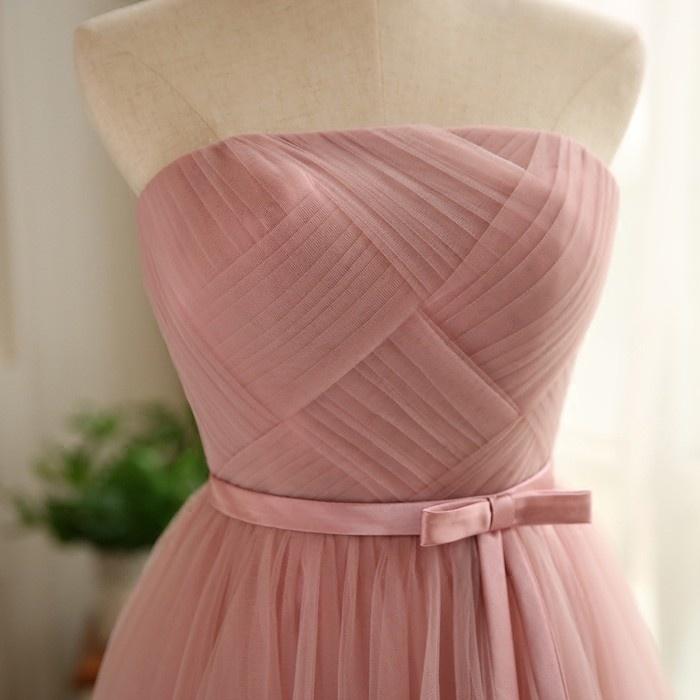 robe de soirée rose plissé courte bustier droit avec une ceinture papillon