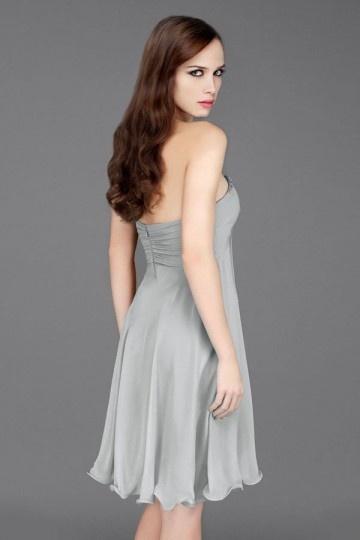 6870f1f408c Simple robe courte grise pour cocktail bustier cœur orné de navettes ...