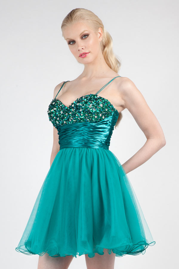 Mini robe de cocktail tutu verte orné de strass avec bretelle fine