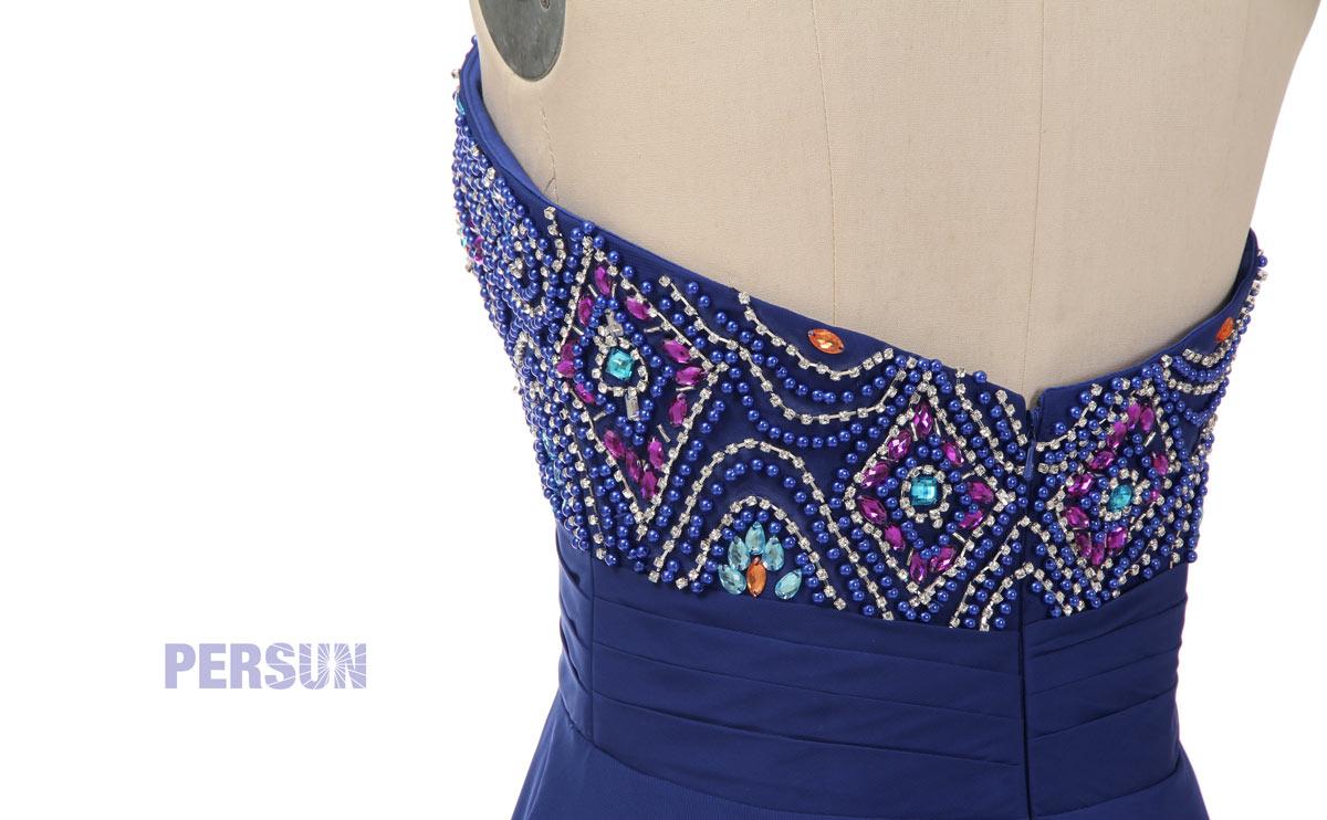 détails de perles colorées sur le buste & dos