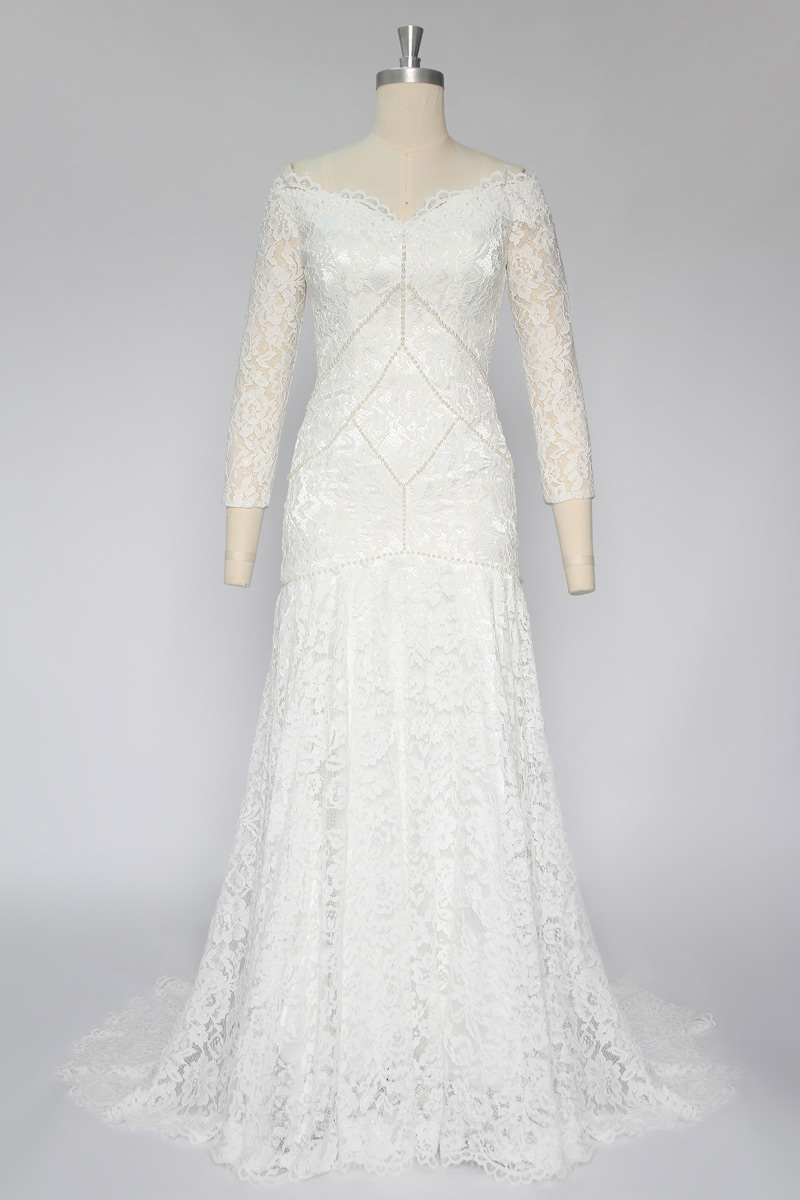 robe de mariée élégante épaule dégagé col v en dentelle florale manches longue avec traîne chapelle