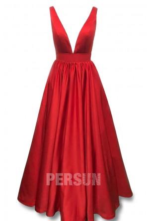 Robe de soirée rouge rubis en satin décolleté V plongeant