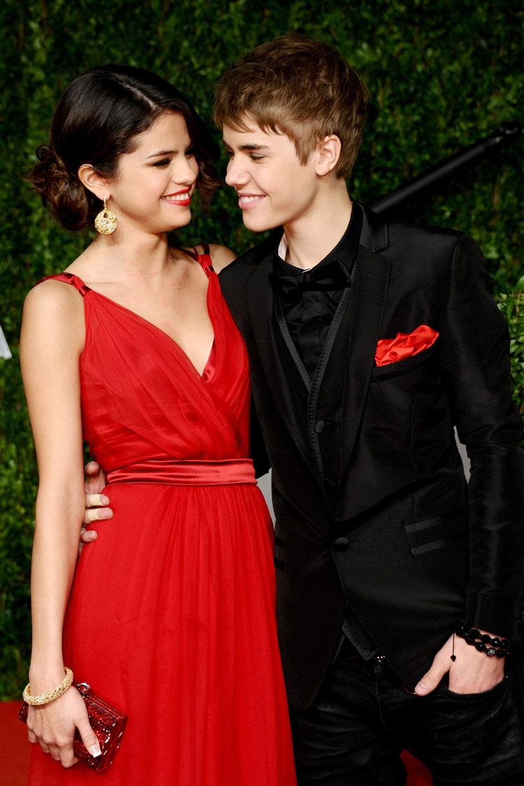 robe rouge élégante mousseline de Selena Gomez