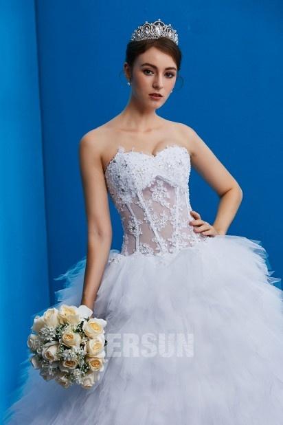 robe de mariée bustier coeur appliqué de dentelle et perles jupe à volants