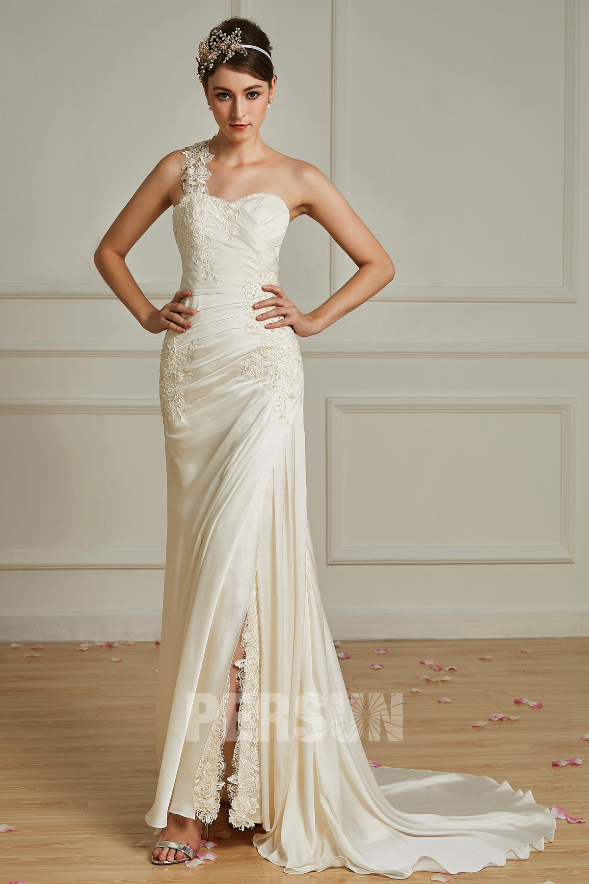 robe de mariée fourreau fendue ivoire asymétrique ornée de dentelle guipure florale avec traîne