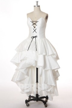 Robe de mariée courte devant longue derrière décolleté en coeur avec lacets