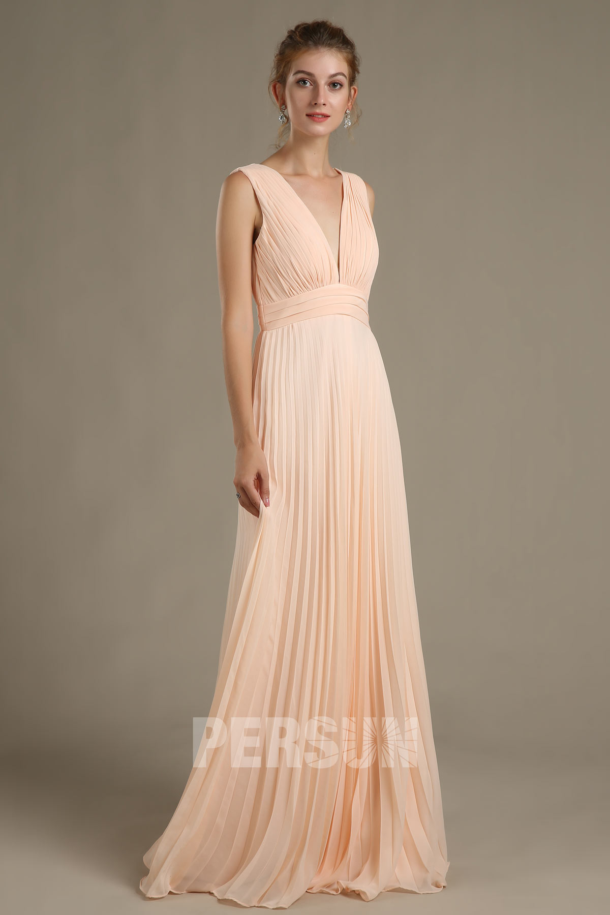 robe demoiselle d'honneur maxi plissée couleur nude décolleté V plongeant