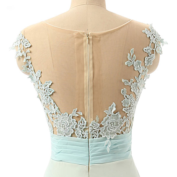 Robe de gala élégante dos transparent embelli de dentelle guipure