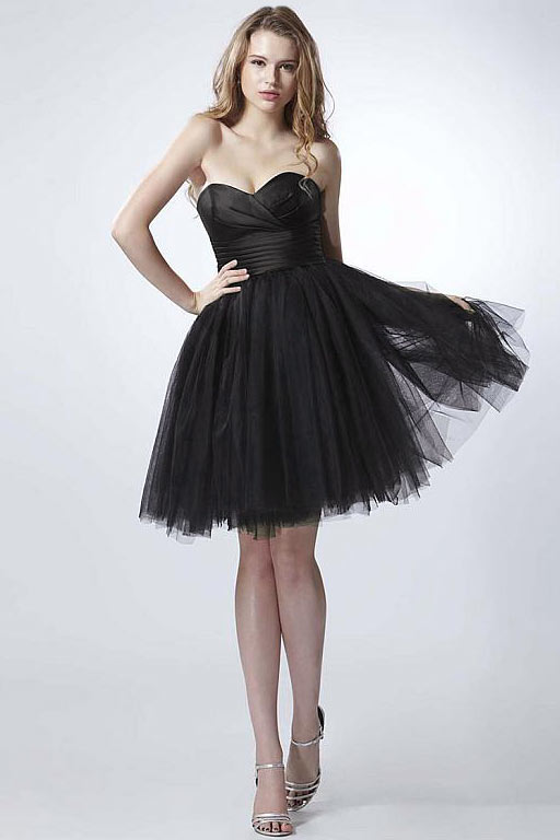 Tenue femme robe noire au décolleté cœur au genou