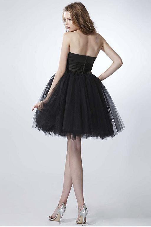 Petite robe noire bustier cœur pour un mariage d'été en tulle