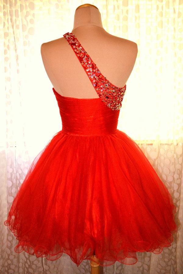 Mini robe de cocktail rouge asymétrique orné de strass en tulle