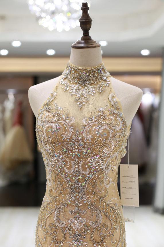 robe de soirée haut ultra travaillée paillettes bijoux col montant