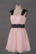 Petite robe rose poudré pour cocktail bretelles en dentelle noire