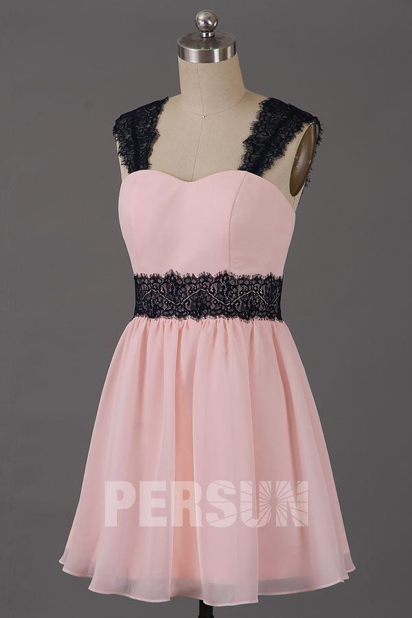 robe de cocktail rose poudré courte avec bretelle en dentelle noire