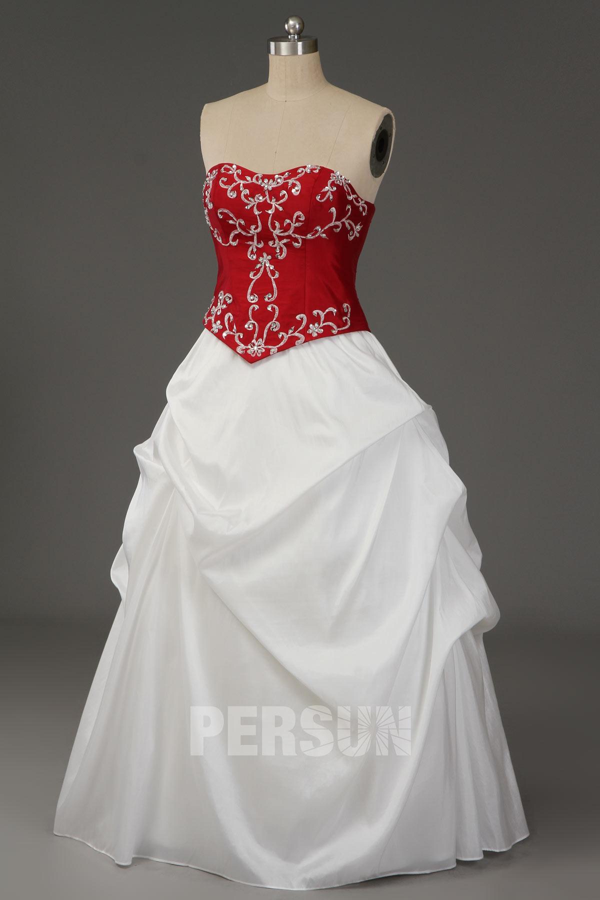 robe de mariée princesse rouge blanche bustier coeur brodé de motifs vintage