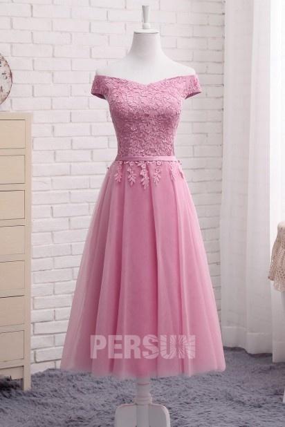 Robe de soirée rose dragée mi longue col bardot appliquée de dentelle
