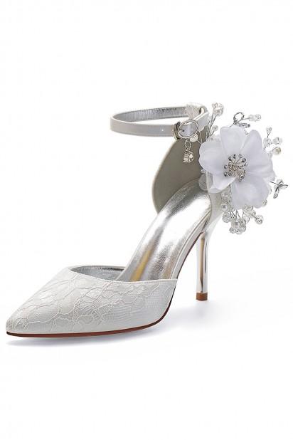 Escarpin dentelle pour mariée talon haut détail fleur perlé
