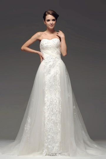 Robe blanche dentelle ornée de bijoux ligne-A